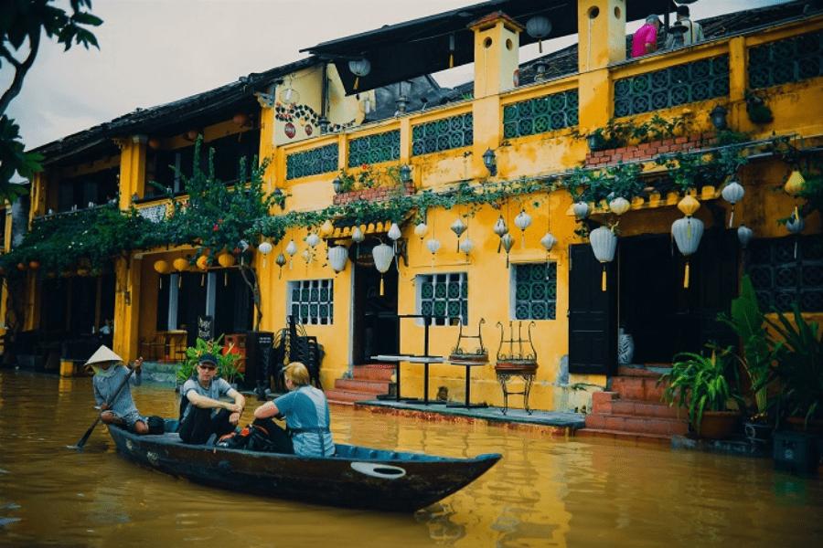 Chèo thuyền giữa phố cổ Hội An.