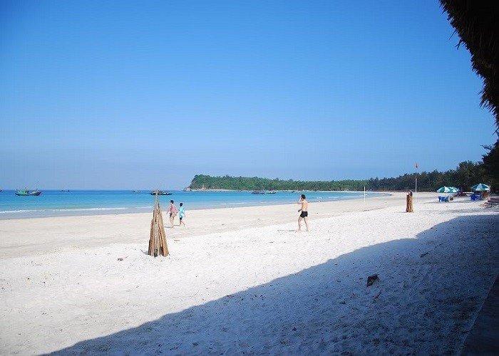 Bãi cát trắng trải dài tạo nên vẻ đẹp thơ mộng