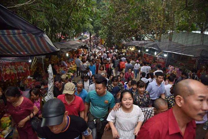 Chùa Hương rất đông vào dịp khai hội, đầu năm