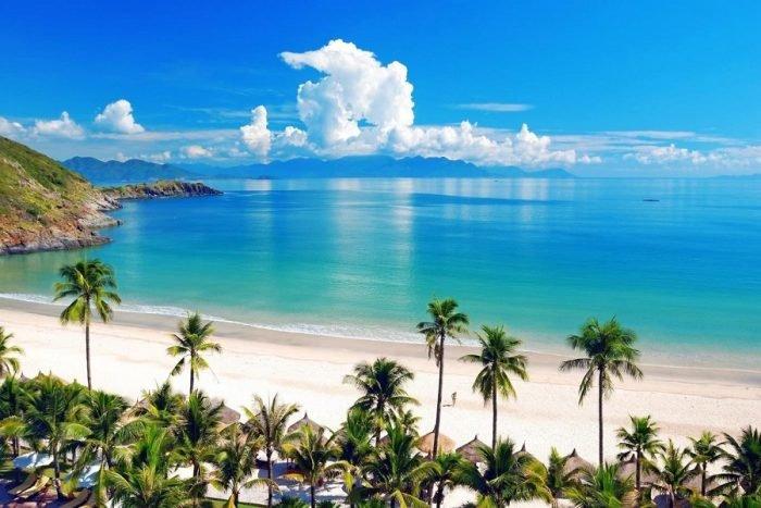 Nha trang nổi tiếng với biển xanh- cát trắng- nắng vàng