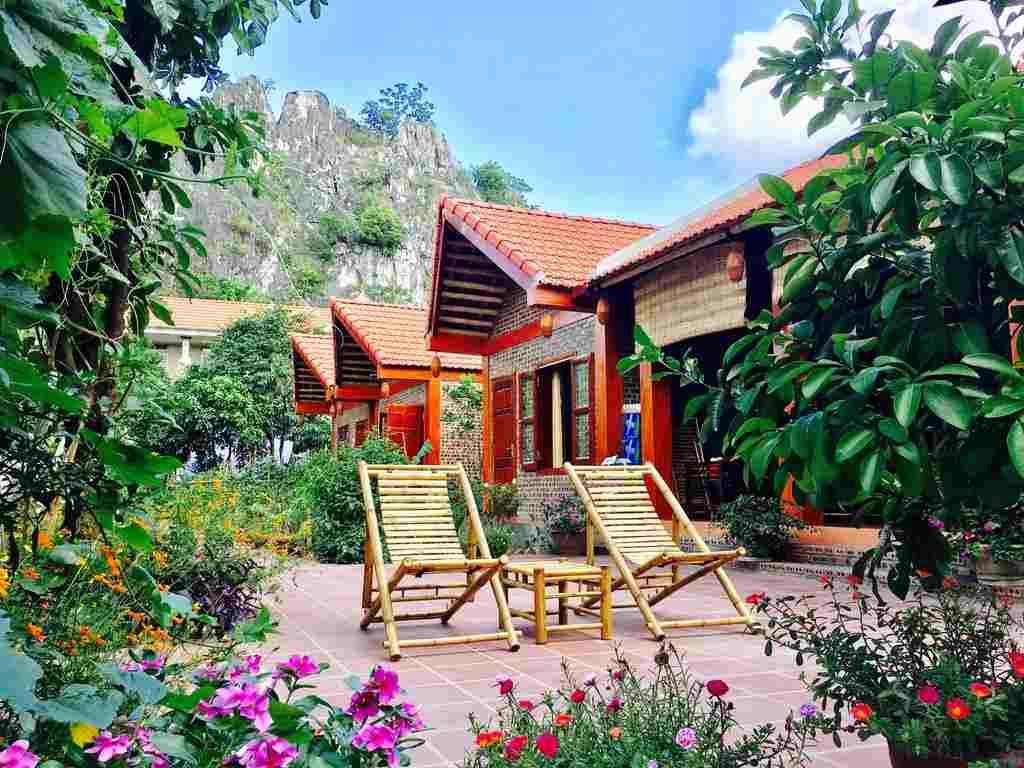 Sân vườn với đầy hoa cỏ nở quanh năm bốn mùa, núi non hùng vĩ bao quanh