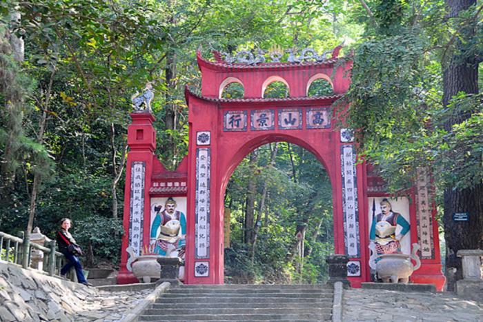 Cổng đềnHùng