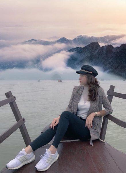 Ngắm cảnh trên du thuyền