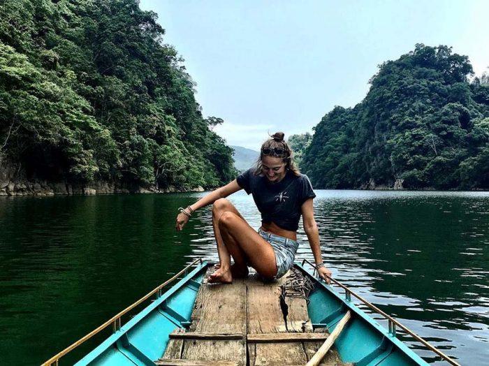 Đi thuyền trên hồ Ba Bể