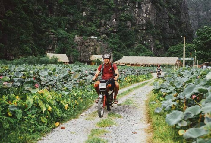 Khách ngoại quốc thường lựa chọn xe máy là phương tiện du lịch Ninh Bình