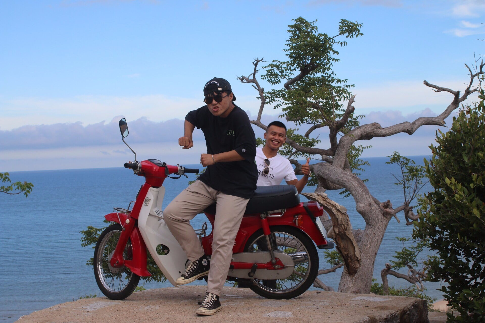 Thuê xe máy di chuyển ở vịnh Vĩnh Hy