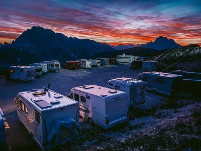 Hình ảnh của một bãi đậu xe hòa vào khung cảnh mặt trời lặn trên núi Auronzo di Cadore, Italy đã giúp nhiếp ảnh gia Leo Chan chiến thắng hạng mục Hoàng hôn. Bức ảnh này được chụp bằng iPhone 11 Pro.