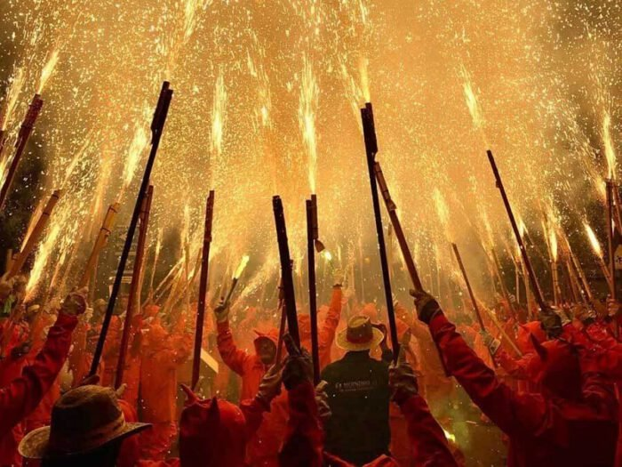 Chủ nhân của tác phẩm chiến thắng hạng mục Tin tức & Sự kiện là nhiếp ảnh gia Tây Ban Nha Fernando Merlo. Merlo đã chụp cảnh bắn pháo hoa ở Paterna, Tây Ban Nha bằng chiếc iPhone X.