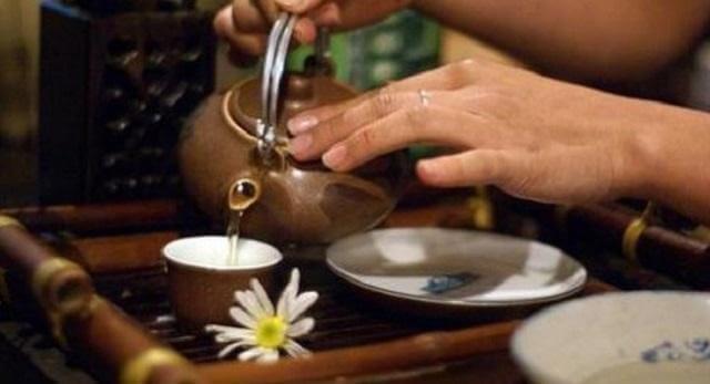 Nên chọn ấm pha trà bằng đất nung để làm nổi bật hương vị trà Thái Nguyên