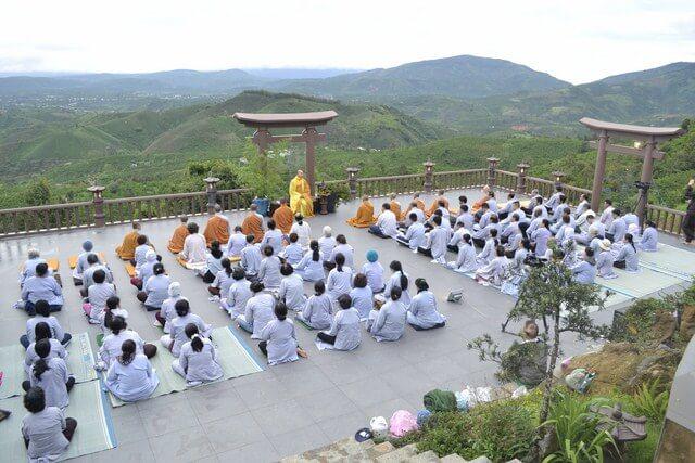 Phật tử tu tập trên chùa