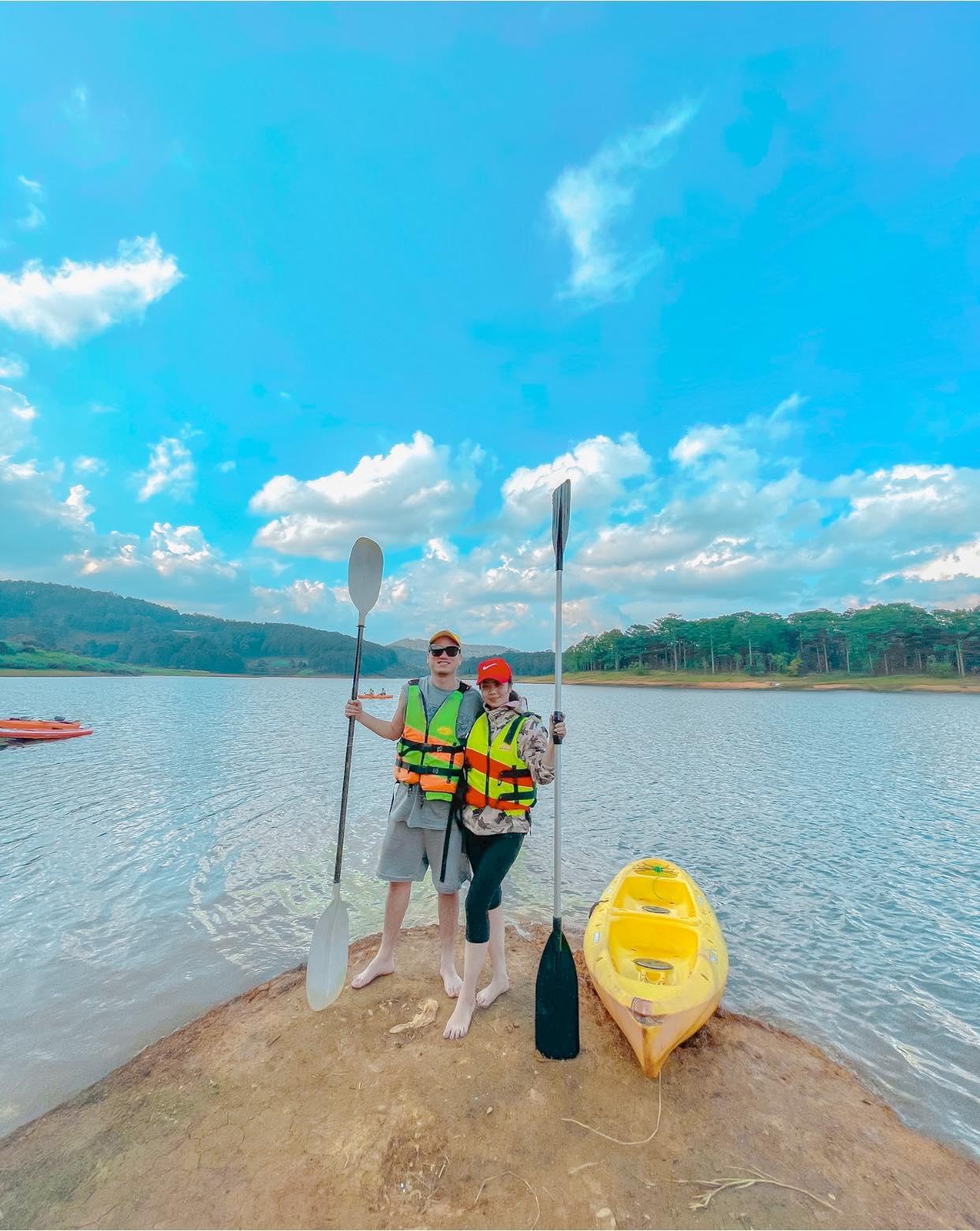 Chèo thuyền ở hồ Tuyền Lâm
