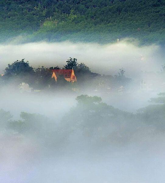 Nhà thờ Mai Anh sương mờ bao phủ