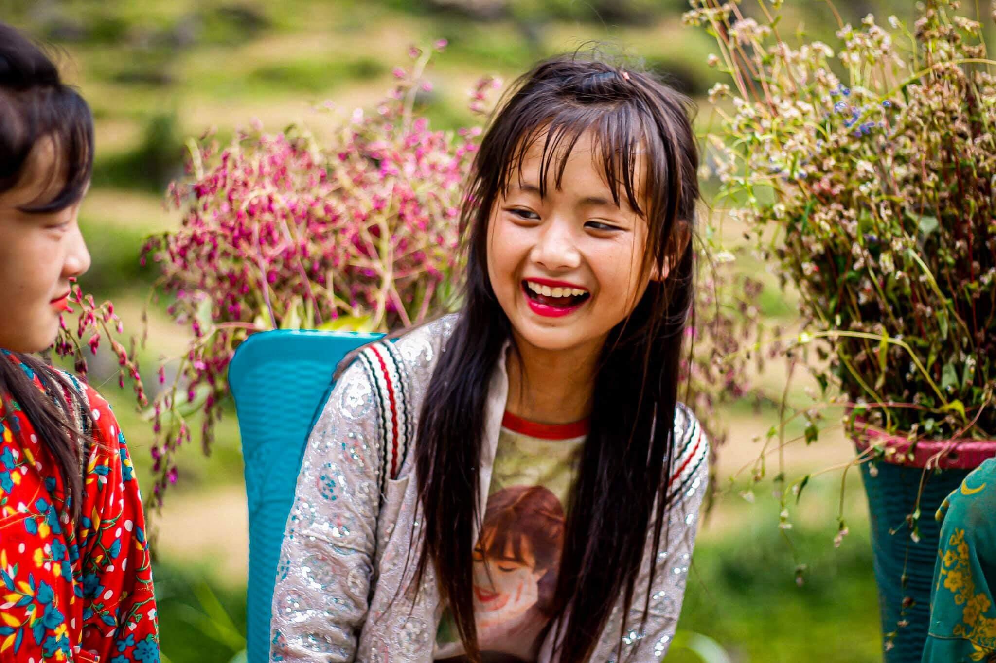 Cô bé bán hoa dốc Thẩm Mã (Ảnh: Phan Nhi Nhi)